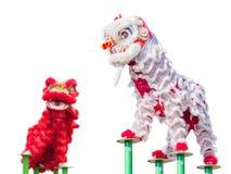 De Chinese dans van het leeuwkostuum Stock Foto