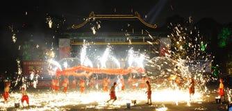 De Chinese dansen van de de branddraak van het Nieuwjaar Royalty-vrije Stock Foto