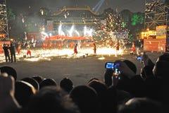 De Chinese dansen van de de branddraak van het Nieuwjaar Stock Afbeelding