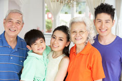 De Chinese Familie die van meerdere generaties thuis ontspant Royalty-vrije Stock Afbeelding