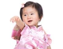 De Chinese hand van het babymeisje omhoog en punt aan voorzijde royalty-vrije stock foto's