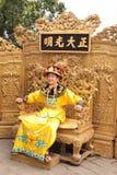 De Chinese keizer situeert op de troon stock afbeelding