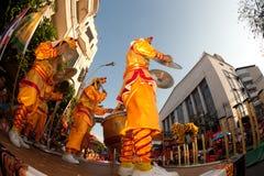 De Chinese leeuw toont het springen. Stock Afbeeldingen