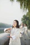 De Chinese Mensen die Tai Ji uitoefenen, dienen Cirkel in, in openlucht royalty-vrije stock foto's