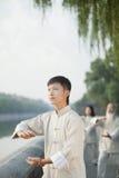 De Chinese Mensen die Tai Ji uitoefenen, dienen Cirkel in, in openlucht royalty-vrije stock afbeelding