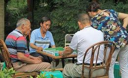 De Chinese mensen spelen domino openlucht in park van Chengdu Royalty-vrije Stock Foto's