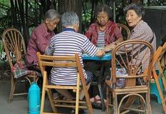 De Chinese mensen spelen domino openlucht in park van Chengdu Stock Fotografie