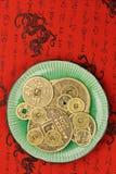 De Chinese muntstukken van fengshui in een plaat Stock Fotografie