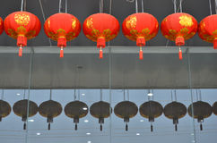 De Chinese nieuwe lampen van het jaarsymbool op het gebouw Stock Afbeeldingen