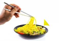 De Chinese noedel beweegt met groente, tofu, paddestoel Vegetarisch F Stock Foto's