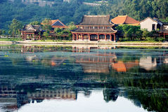 De Chinese oude de bouwoever van het meer Stock Foto