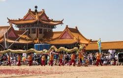 De Chinese Parade van het Nieuwjaar Beroemde wijngaard Kanonkop dichtbij schilderachtige bergen bij de lente Stock Fotografie