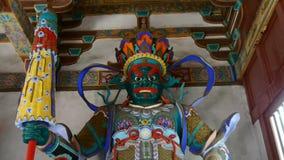 De Chinese paraplu van de het beeldhouwwerkholding van immortals Boeddhistische Vajra in gesneden stralen schilderde gebouwen, ma stock videobeelden