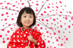 De Chinese paraplu van de Meisjeholding met regenjas Royalty-vrije Stock Afbeelding