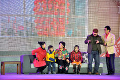 De Chinese Prestaties van Schetssomedy op Lantaarnfestival royalty-vrije stock fotografie