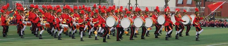 De Chinese studenten sluiten zich aan bij de jeugdteamceremonie, het teamprestaties van de trommeltrompet stock foto