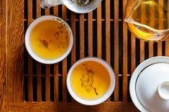 De Chinese theeceremonie, shen puer thee, transparant glas, Pialats, theestel stock afbeeldingen