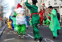 De Chinese uitvoerders in traditioneel kostuum bij het Chinese maan nieuwe jaar paraderen in Parijs, Frankrijk royalty-vrije stock fotografie