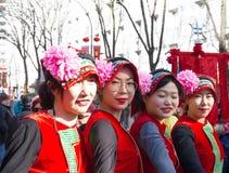 De Chinese uitvoerders in traditioneel kostuum bij het Chinese maan nieuwe jaar paraderen in Parijs, Frankrijk stock foto