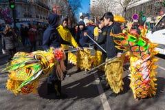 De Chinese uitvoerders in traditioneel kostuum bij het Chinese maan nieuwe jaar paraderen in Parijs, Frankrijk stock fotografie
