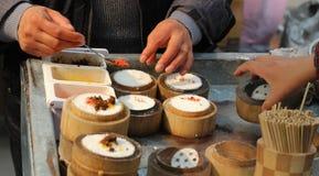 De Chinese verkoper van het straatvoedsel Royalty-vrije Stock Afbeeldingen