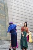 De Chinese vrouw gekleed in nationale kostuums is zelf-portretten royalty-vrije stock foto