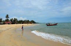 De Chinese vrouw waadt in water bij tropisch strand Pattani Thailand stock fotografie