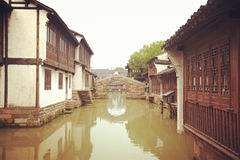 De Chinese waterige stadsgebouwen Stock Foto's