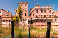 De Chioggiahuizen leiden tot kleurrijke bezinningen in het water van royalty-vrije stock afbeelding