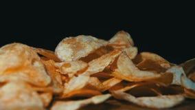 De chips vallen op een Houten Lijst aangaande Zwarte Achtergrond in Langzame Motie stock video