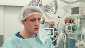 De chirurg beëindigt chirurgie royalty-vrije stock foto