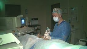 De chirurg die de verrichting leiden om aders in de benen te verwijderen Behandeling van spataders stock videobeelden