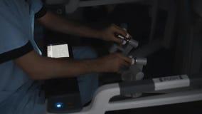 De chirurg voert de handeling uit gebruikend een high-tech robot Modern geneeskundeconcept stock videobeelden