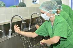 De Chirurgie van artsenwashing hands before stock afbeeldingen