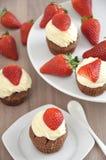 De Chocolade Cupcakes van de aardbei stock foto