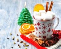 De chocolade of de cacao drinkt met heemst en kaneel in een Kerstmiskop met kaneel op grijze houten achtergrond royalty-vrije stock fotografie