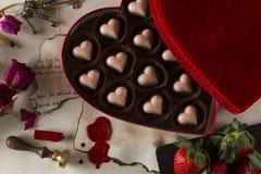 De chocolade en de liefdebrieven van de valentijnskaartendag Stock Afbeelding