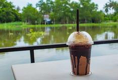 De chocolade koel op de lijst, wit in een restaurant op Ra stock afbeelding