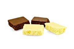 De chocolade snijdt wit en dark Stock Afbeeldingen