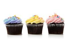 De chocolade van de pastelkleur cupcakes op wit stock foto