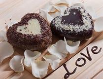 De chocolade in de vorm van hart en mooie licht wordt gebakken nam bloem die toe Royalty-vrije Stock Foto