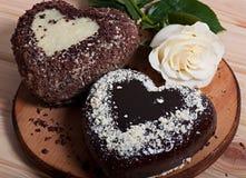 De chocolade in de vorm van hart en mooie licht wordt gebakken nam bloem die toe Royalty-vrije Stock Fotografie