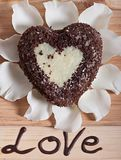 De chocolade in de vorm van hart en mooie licht wordt gebakken nam bloem die toe Royalty-vrije Stock Foto's
