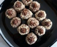 De chocoladecakes verfraaiden met cacaoroom en raspten hazelnoten stock afbeeldingen