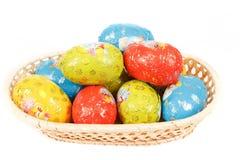 De chocoladeeieren van Pasen in een mand royalty-vrije stock afbeeldingen