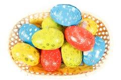 De chocoladeeieren van Pasen in een mand stock foto