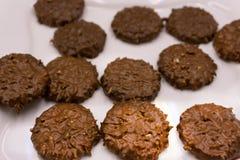 De chocoladekoekjes op houten lijst heeft oud bezwaar stock afbeelding