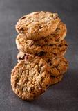De chocoladekoekjes van het gluten vrije havermeel met rasins Stock Afbeelding