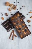 De chocoladereep met verschillende bessen wordt gevuld en de noten liggen oude wo die Stock Afbeeldingen