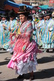 De Cholitasvrouwen dansen in inheemse kostuums in Bolivië Stock Foto